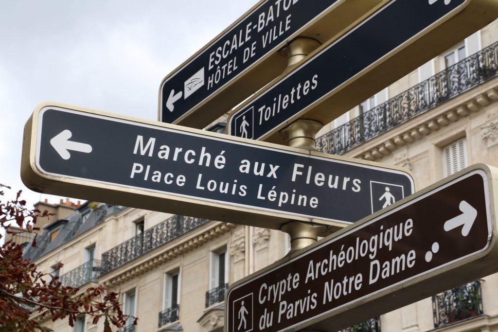 パリの街角の案内板